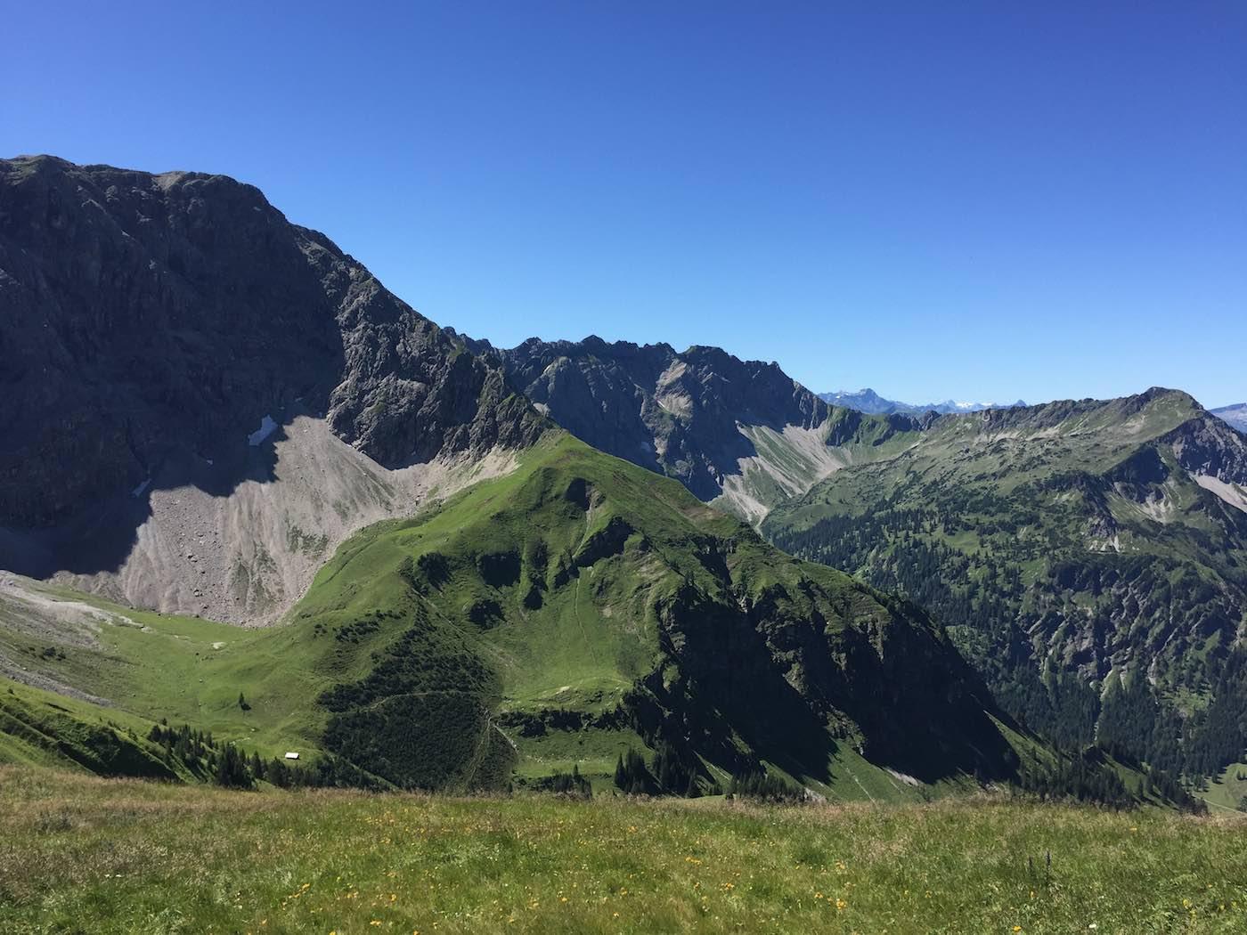 Daumen mit Nebelhorn im Hintergrund