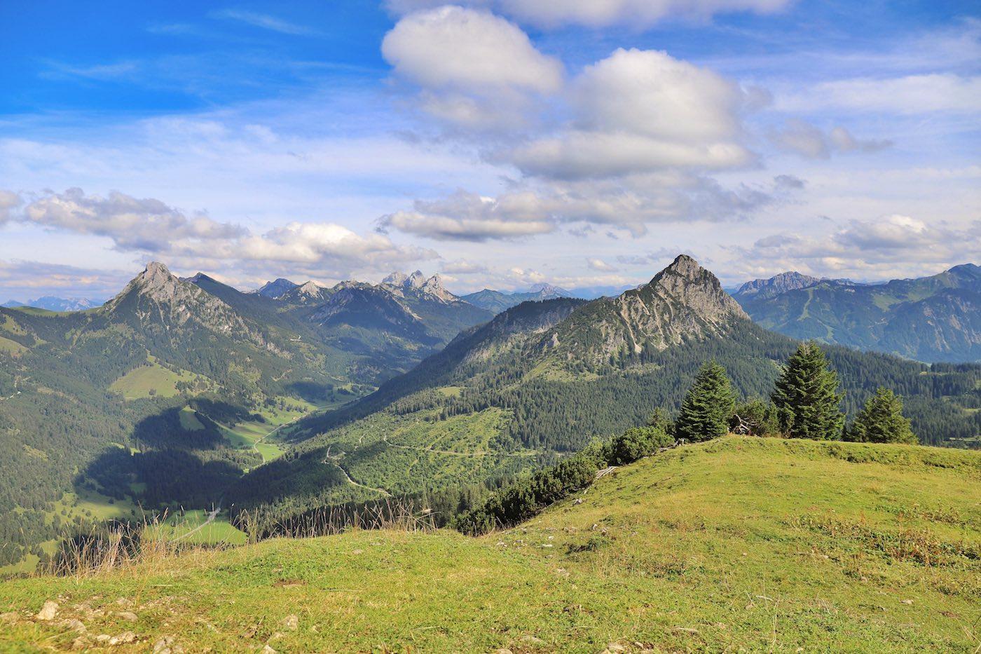 Panorama vom Schönkahler mit Gimpel und Rotflüh im Zentrum